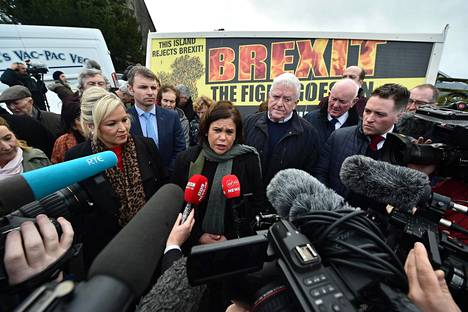 Irlannin yhdistämistä ajava vasemmistopuolue Sinn Féin on ottanut yllätyskirin vaalien alla. Kuvassa puolueen johtaja Mary Lou McDonald (kesk.) puhumassa brexit-päivänä 31. tammikuuta.