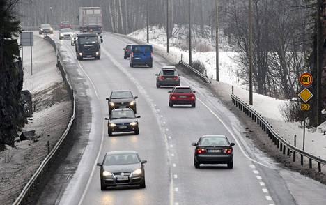 Hallituksen on viimein laitettava Suomen liikenneväylät tärkeysjärjestykseen, vaativat SAK ja EK. Kuva Espoosta Kehä III:lta.