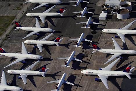 Yhdysvaltojen Alabaman osavaltion kansainväliselle Birmingham-Shuttlesworthin kentälle parkkeerattuja koneita 25. maaliskuuta.
