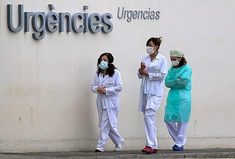 Terveydenhuollon työntekijöitä palaamassa töihin tauolta Valenciassa, Espanjassa.