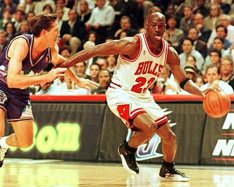 Michael Jordan johdatti kesällä 1997 Chicago Bullsin NBA:n mestaruuteen. Kuva toisesta finaalista, jossa Jordan hyökkää Utah Jazzin Jerr Hornacekia vastaan.