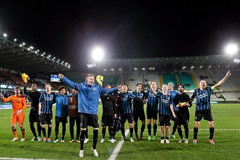 Club Bruggen pelaajat juhlivat Eurooppa-liigan pudotuspeleihin pääsyä HJK:sta otetun 2-1-voiton jälkeen.