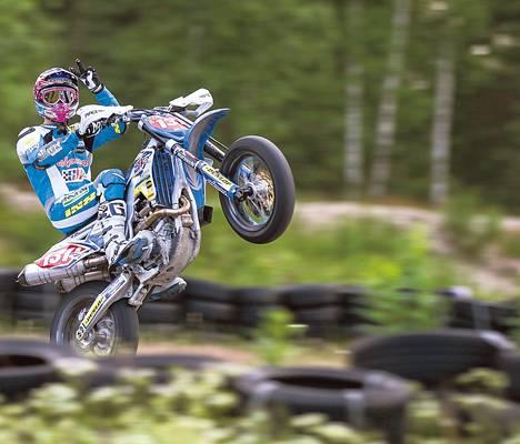 Moottoripyöräilijä Mauno Hermunen on lähellä supermoton maailmanmestaruutta.