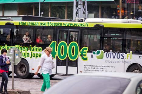 Kulutusluottoja on mainostettu näyttävästi, muun muassa bussin kyljessä vuonna 2013.
