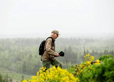 Eläkkeellä oleva biologianopettaja Mikko Rainio tutki viime viikolla Kulokukkulan kasveja.