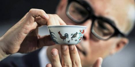 Sotheby'sin Nicolas Chow esitteli viinikuppia maaliskuussa.