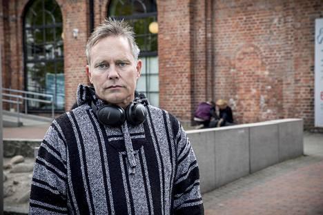 Arild Knutsen on entinen narkomaani ja Norjan tunnetuimpia huumereformin puolustajia. Knutsen kuvattiin Oslossa valvotun piikityskeskuksen edustalla. Nyt keskus on koronan vuoksi suljettu, joten käyttäjät ovat joutuneet jäämään ulkosalle.