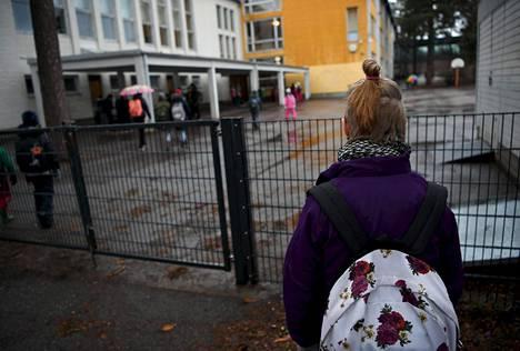 Helsinkiläistyttö menossa Pitäjänmäen peruskouluun Helsingissä maanantaiaamuna.