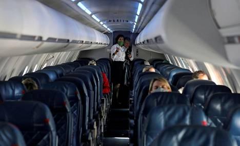 Rajoitustoimet ovat vähentäneet lentomatkustajien määrän murto-osaan normaalitilanteeseen verrattuna. Delta Airlinesin matkustajakone lensi lähes tyhjillään Yhdysvaltain Salt Lake Cityssä huhtikuussa.
