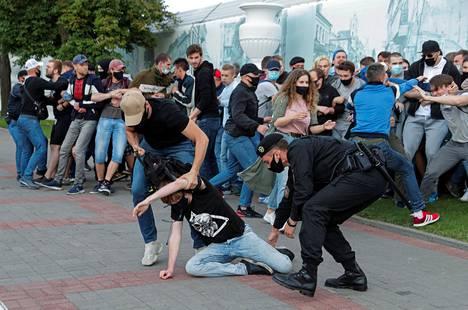 Poliisi otti kiinni mielenosoittajia Minskissä 14. heinäkuuta, kun nämä protestoivat Viktar Babarykan ja Valeri Tsapkalan presidenttiehdokkuuden estämistä vastaan.