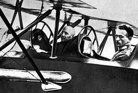 Ensimmäisessä maailmansodassa Gabriele d'Annunzio komensi omaa lentokonekomppaniaansa.