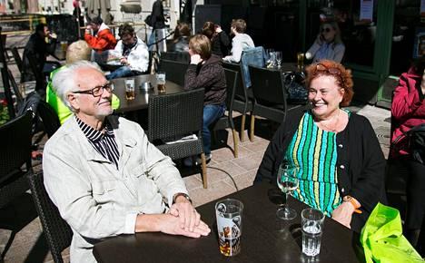 Tour de Terrace aloitti viikonlopun kaupunkitapahtumaputken Helsingissä. Matti ja Leena Kurki istuivat perjantaina lempiterassillaan Public Cornerissa.