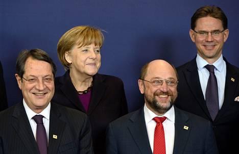Kyproksen presidentti Nicos Anastasiades, Saksan liittokansleri Angela Merkel, europarlamentin puhemies Martin Schulz ja Suomen pääministeri Jyrki Katainen kokoontuivat ryhmäkuvaan Brysselissä.