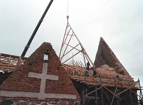 Tyrvää kirkon jälleenrakennustöitä vuonna 2000.