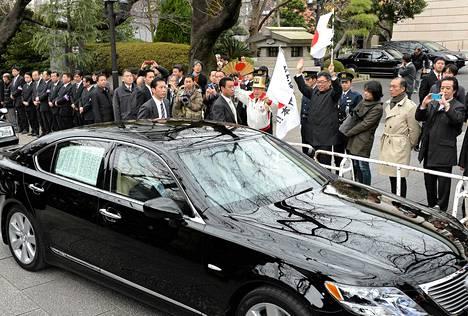 Kannattajat olivat kerääntyneet heiluttamaan Japanin lippuja, kun pääministeri Shinzo Abea kuljettava auto matkasi kohti Yasukunin pyhäkköä Tokiossa.