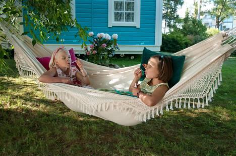 Onneli (Aava Merikanto) ja Anneli (Lilja Lehto) viettävät kesää.