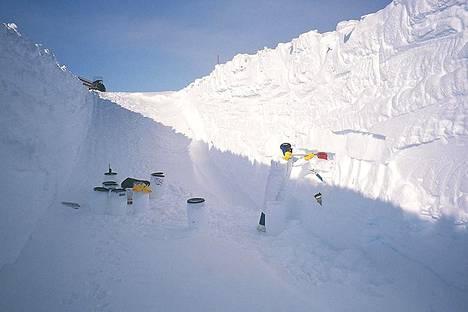 Avaruudesta satanutta pölyä kerrostuu Etelämantereella lumeen ja jäähän. Nyt sen määrää on mitattu.