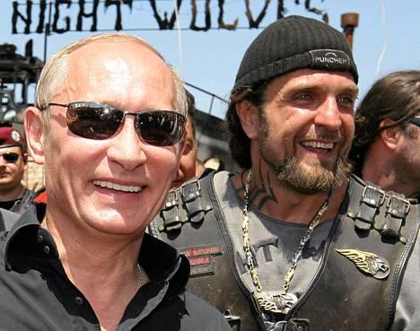 Venäjän presidentti Vladimir Putin tapasi Yön sudet -moottoripyöräjengin jäseniä 2010. Kuvassa jengin johtaja Alexander Zaldostanov Putinin seurassa.