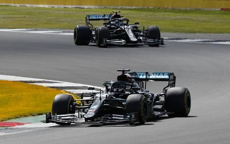 Lewis Hamilton johti ja Valtteri Bottas seurasi Silverstonen F1-kisan avauskierroksella.