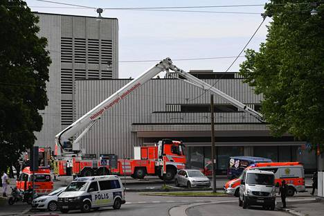 Poliiseja ja pelastusyksikköjä Helsingin kaupunginteatterilla maanantaina.
