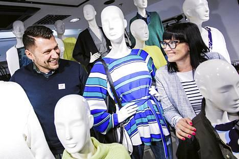 Bartosz Kuca ja Mari Rautio ovat viihtyneet Hennes <amp></amp> Mauritz -ketjun työntekijöinä jo pitkään.