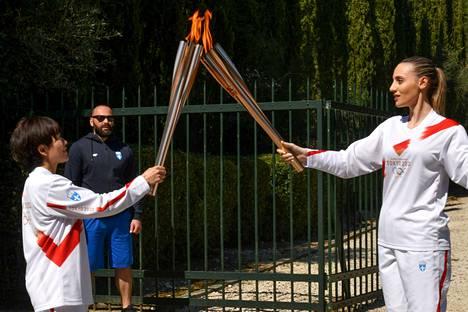 Kuten monet urheilutapahtumat myös olympialaiset siirtyvät ensi vuoteen. Kuvassa olympiatuli, joka sytytettiin kuun alussa perinteen mukaan Kreikassa. Myös naisten ja miesten jääkiekon maailmanmestaruuskilpailut on peruttu vuodelta 2020.