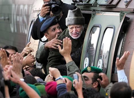 Jasse Arafat lähdössä hoidettavaksi Pariisiin lokakuussa 2004 kaksi viikkoa ennen kuolemaansa.