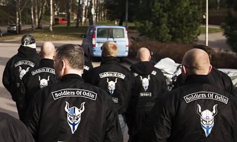 Viron ja Helsingin Soldiers of Odinin jäsenet partioivat Helsingissä huhtikuussa 2016.