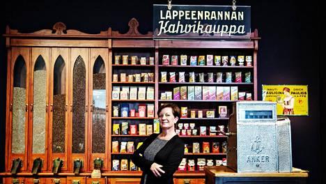 Toimitusjohtaja Jaana Tuominen Pauligin pääkonttorin museossa. Yhtiö täytti tänä vuonna 140 vuotta.