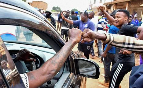 Ugandalainen reggaetähti, nykyinen poliitikko Bobi Wine tervehti äänestämisen jälkeen kannattajiaan Kampalassa torstaina.