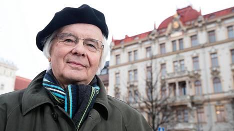 """Kalevi Suomelan taustalla on Fennian talo Rautatientorilla. """"Vuosikymmenet talossa oli Kulutusosuuskuntien Keskusliitto KK:n pääkonttori, jossa kävin töissä koko 1980-luvun."""""""