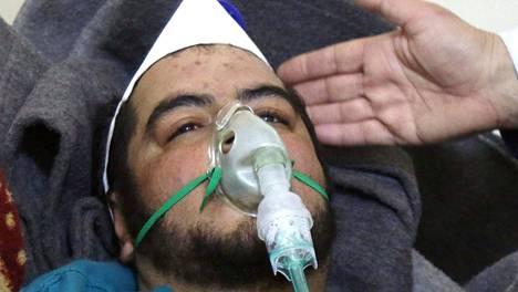 Syyrialaismiestä hoidettiin sairaalassa kaasuiskun jälkeen.