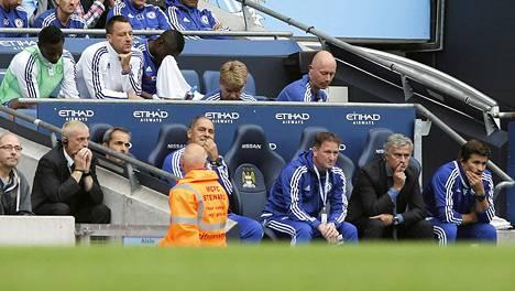 John Terry (valkoisessa asussa) joutui seuraamaan Chelsean tappiota Manchester Citylle vaihtoaitosta valmentaja Jose Mourinko takana.