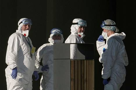 Koronaviruksen saaneisiin keskittyneen sairaalaan henkilökuntaa kuvattuna sairaalan pihalla sunnuntaina Moskovan laidalla.