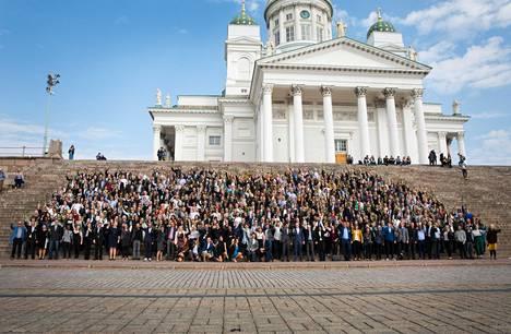 Helsingin yliopisto ja Reaktor kutsuivat ensimmäiset Elements of AI -kurssin suorittajat juhlatilaisuuteen, jonka yhteydessä he kokoontuivat yhteiskuvaan Tuomiokirkon portaille Helsingissä syyskuussa 2018.