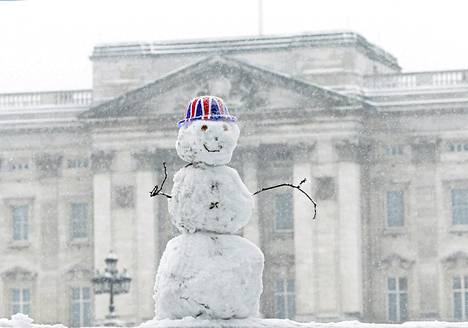 Lumiukko seisoi Buckinghamin palatsin edustalla Lontoossa muutama päivä sitten.