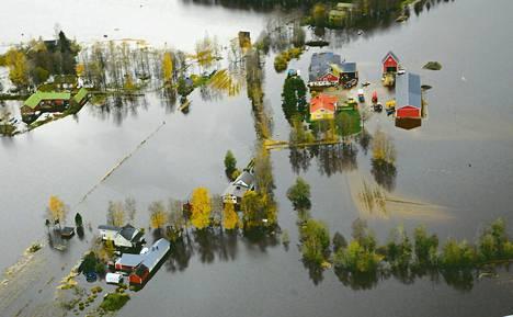 Vesi saarsi taloja Kauhajoen Päntäneenjoella eilen sunnuntaina. Runsaiden sateiden synnyttämät tulvat ovat levinneet Pohjanmaalla epätavallisen suurille alueille.