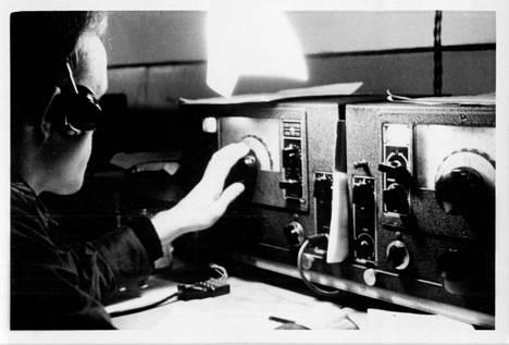Sanomansieppaajien parasta kalustoa olivat National NC-100XA -vastaanottimet. Niitä oli kuuntelupisteissä yleensä kaksi.