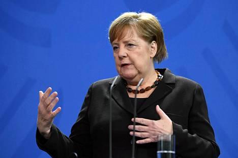 Angela Merkel torstaina Berliinissä.