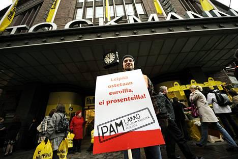 The Atlantic Monthlyn mukaan suomalainen hyvinvointivaltio on osin ammattiyhdistysliikkeen ansiota. Palvelualojen ammattiliitto julisti työtaistelun Stockmannin Hullujen päivien aikaan vuonna 2010.