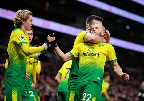 Teemu Pukki Norwichin pelaajien onniteltavana keskiviikon ottelussa Tottenhamia vastaan.