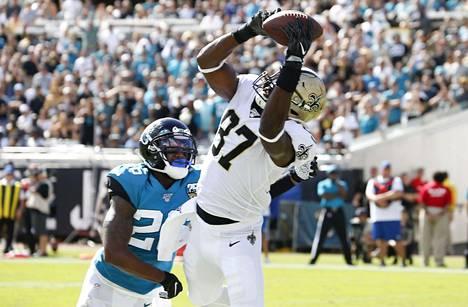 New Orleans Saintsin Jared Cook (87) teki touhcdownin Jacksonville Jaguarsin Jarrod Wilsonin edessä.