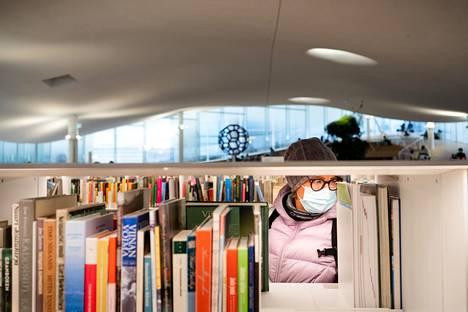 Kirjastot tarjoavat rajattua palvelua. Aineistoa voi noutaa varaushyllystä ja rajatuista valikoima- ja teemahyllyistä.