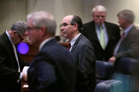 Republikaanisenaattori Clyde Chambliss (keskellä) oli yksi tiukemman aborttioikeuden puolesta Alabamassa tiistaina äänestäneistä miehistä.