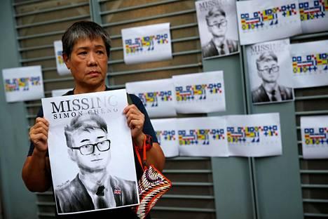 Hongkongissa 21. elokuuta pidetyssä protestissa nainen piti esillä Simon Chengin kuvaa, kun Cheng oli kadonnut työmatkallaan Manner-Kiinassa.