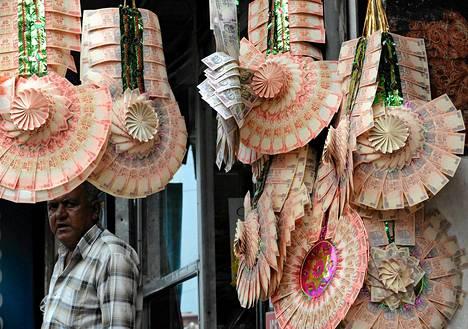 Intialainen mies myi rupiaseteleistä valmistettuja hääkoristeita Srinagarissa elokuun lopussa. Monille intialaisperheille myötäjäisissä maksettavat summat ovat suuri rasite.