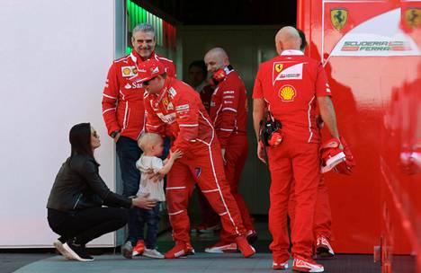 Vaimo Minttu Räikkönen ja poika Robin Räikkönen tapasivat Kimi Räikkösen perjantaina Ferrarin tallialueella.
