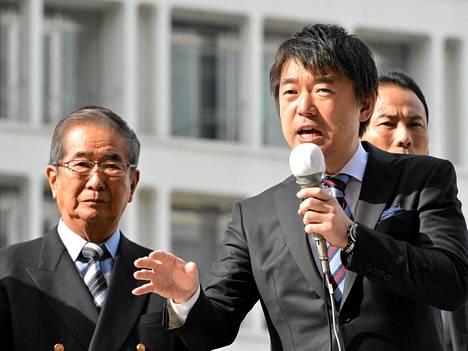Osakan pormestari Toru Hashimoto pitämässä vaalipuhetta 2012.