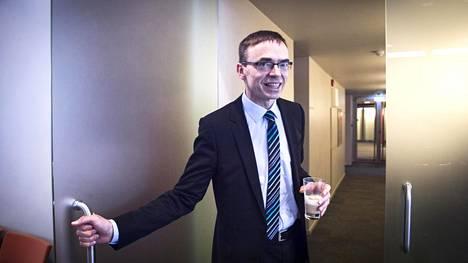 Viron ulkoministeri Sven Mikser tuli kokoussaliin lattelasin kanssa.