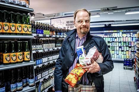 """Postitalon K-Supermarketissa Helsingissä tiistaina asioinut Kari Jäsberg kertoo asuvansa alueella, jossa Alkon toimipisteitä on aina lähellä. """"Minulle olisi riittänyt, että vahvempia tuotteita saa vaan Alkosta. Toki alkoholilain uudistus voi helpottaa asiointia maaseudulla, jossa Alkon toimipisteet ovat harvemmassa"""", Jäsberg sanoo."""